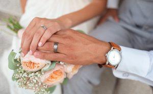 חתן וכלה מחזיקים ידיים